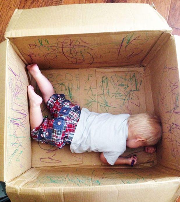 criança-pintando-dentro-da-caixa