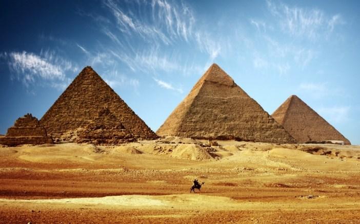 Keops, Kefren, Mikerinos Piramitleri.