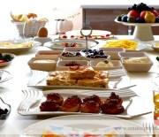 Yazdan Kalma Kahvaltı Sofrası ve Ispanaklı Omlet