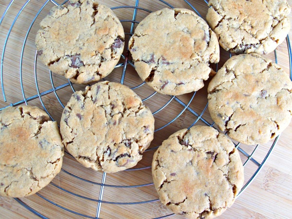 Biscuits au beurre de cacahuète et pépites de chocolat au cœur ultra fondant (sans œufs)