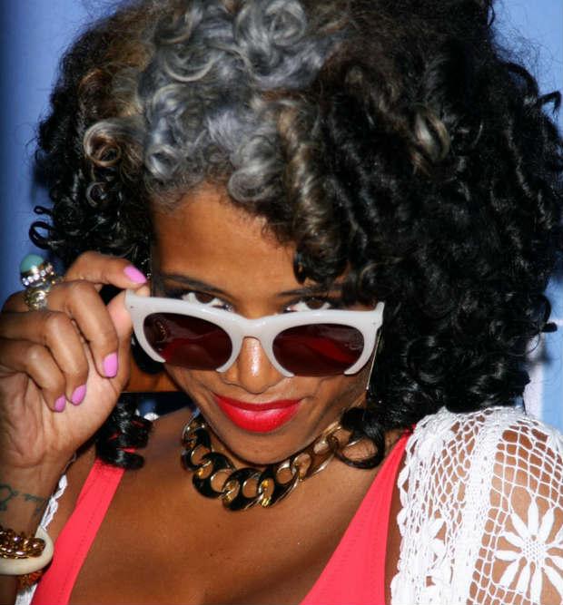kelis_curly_hair_grey_streak