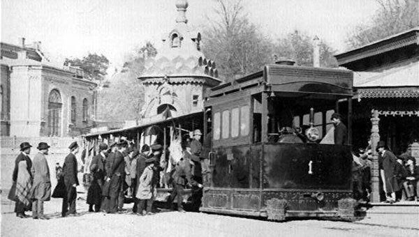 13 июня 1892 года (127 лет назад) — в Киеве был пущен первый электрический трамвай 3