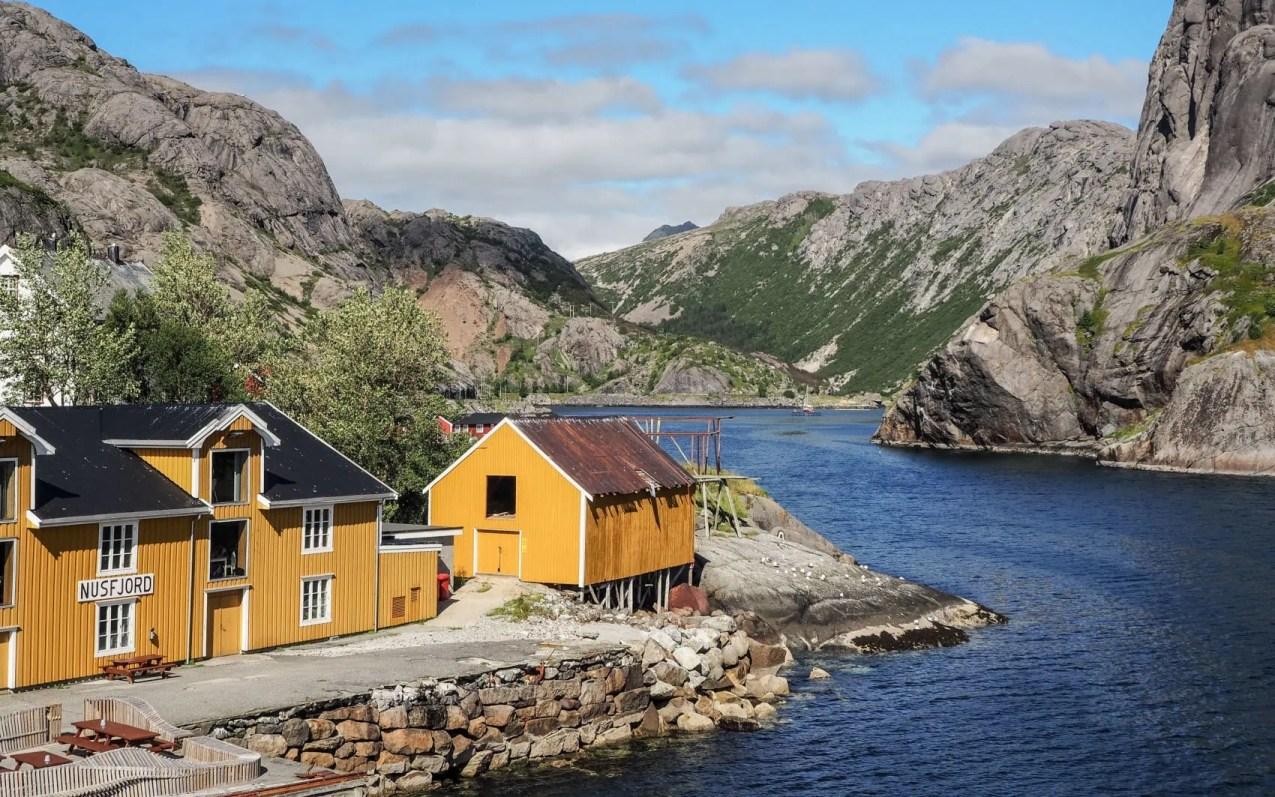 Nusfjord, son fjord et son quai dans les Lofoten