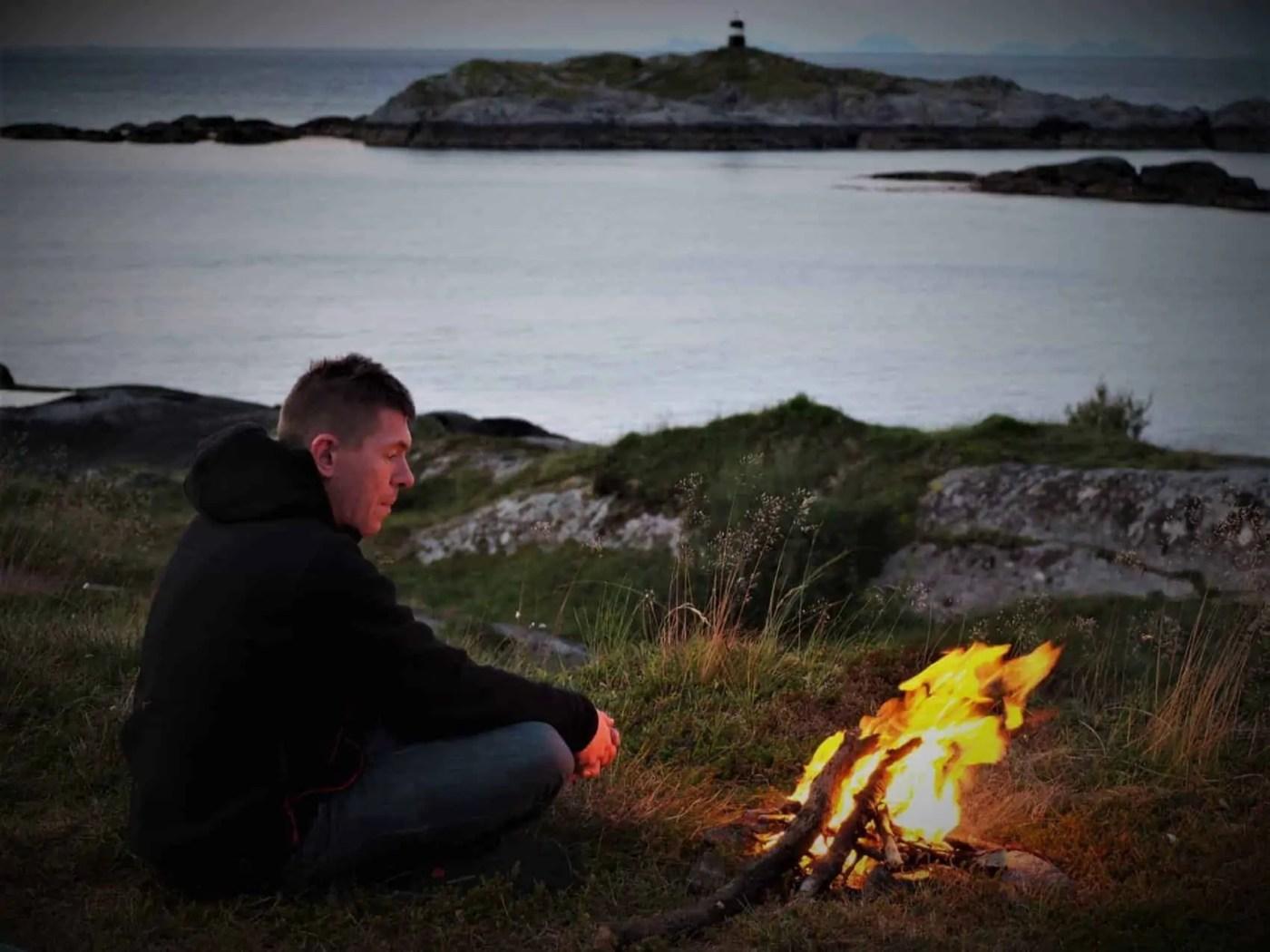 feu de camp, plage des Lofoten, bivouac