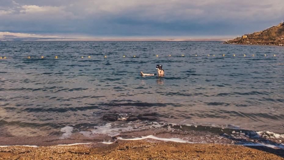 Flotter sur la mer Morte