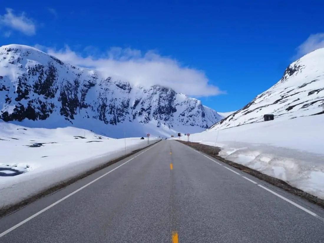 route de la sognefjell à travers les paysages de montagnes