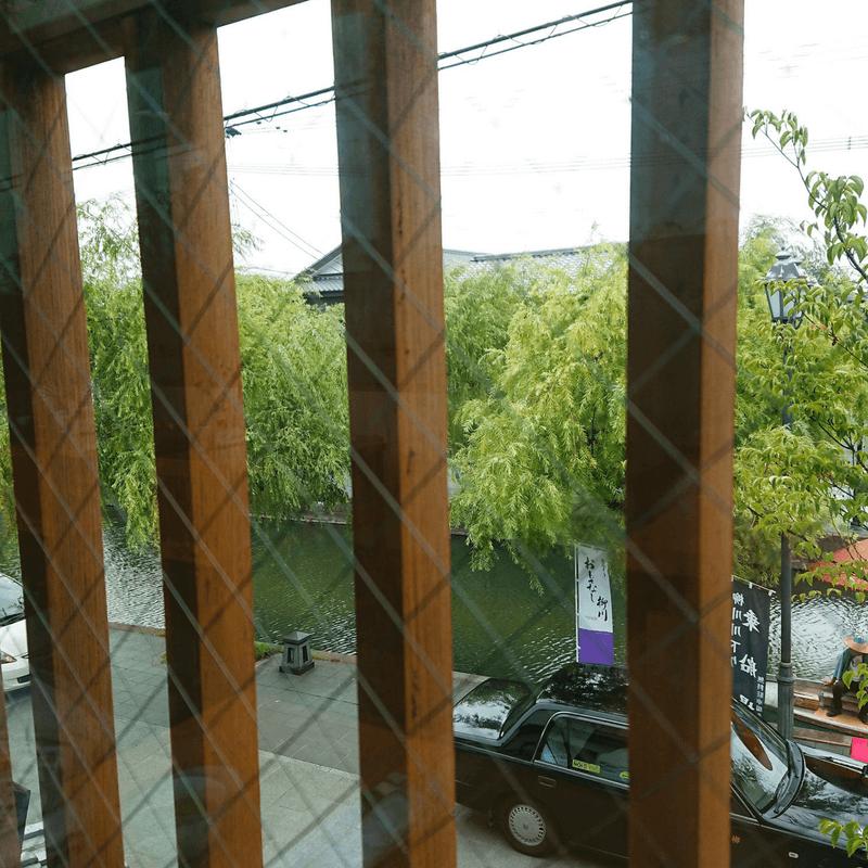 若松屋のテーブル席から見える柳川