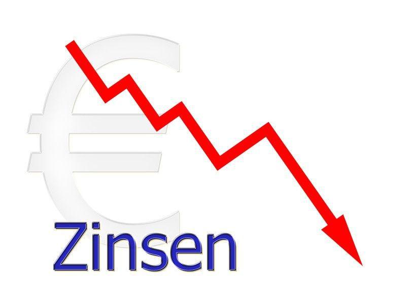 rotes Diagramm abwärts Zinsen mit Euro Symbol