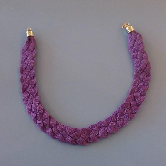 collar hecho con cordones