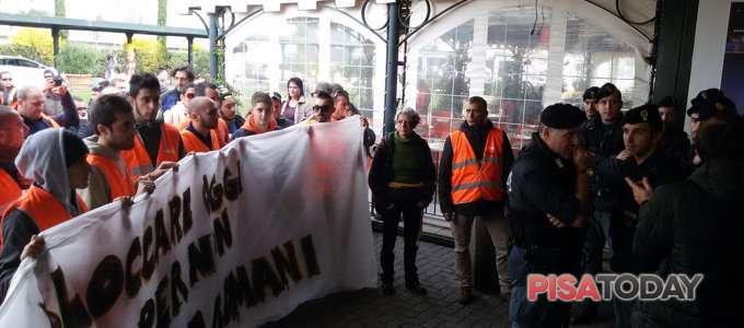 Con i lavoratori di Toscana Aeroporti in sciopero contro il piano di esternalizzazione