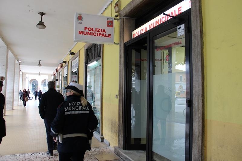 Nuovo punto della Polizia Municipale alla stazione: inaugurato dalla Giunta senza le minime tutele per gli agenti