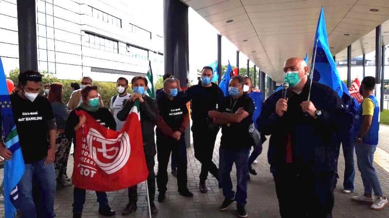In piazza con i lavoratori dell'aeroporto che scioperano