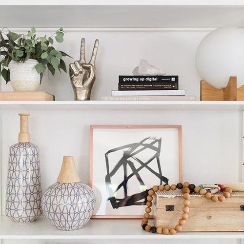 Insomma, le mensole stanno bene in ogni stanza e non è difficile fissare questi elementi decorativi in casa. Come Arredare Mensole E Scaffali Interior Designer Una Designer Per Tutti