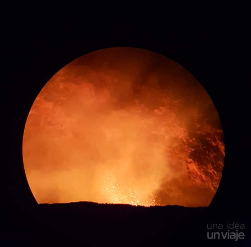 Vistas del cráter explotando con lava brotando (sacada con un telescopio)