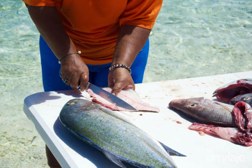 Cortando pescado en Polinesia