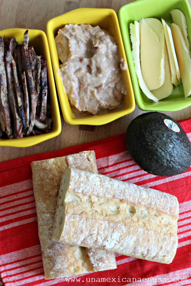Ingredientes para preparar pepitos: carne asada en rebanadas, frijoles refritos, queso Oaxaca y aguacate.