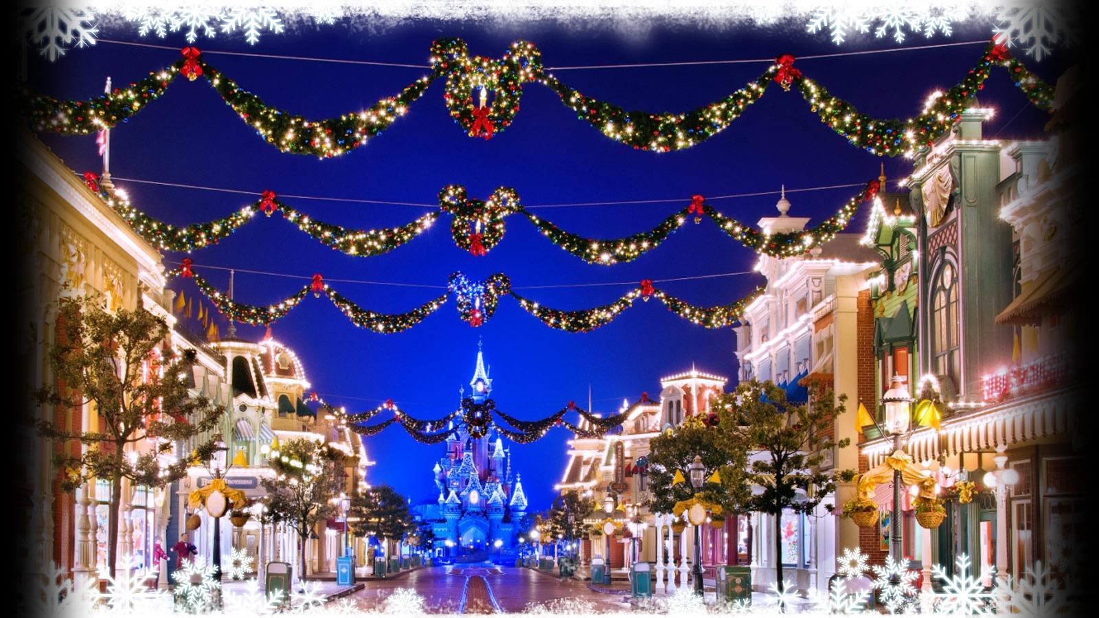 Palla di natale affissa a un chiodo con nastro rosso; Cosa Fare A Parigi A Natale Con I Bambini Una Milanese A Parigi