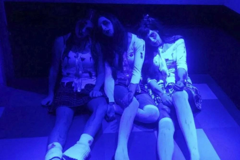 Zombies sentadas en Kapital en 2015