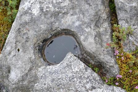 Trou dans les pierres du Burren