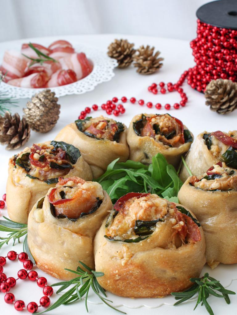 pizza di rose a corona per natale con decorazioni natalizie