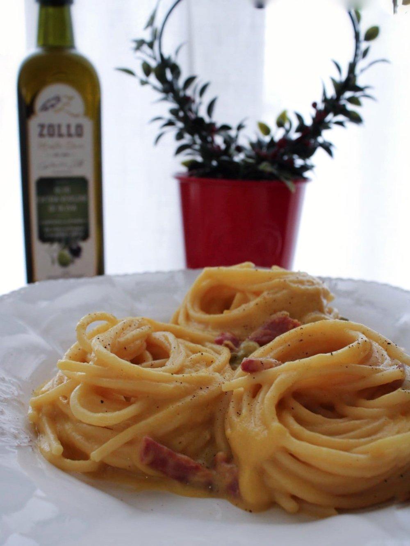 piatto di spaghetti con crema di verza, formaggio e chips di capocollo