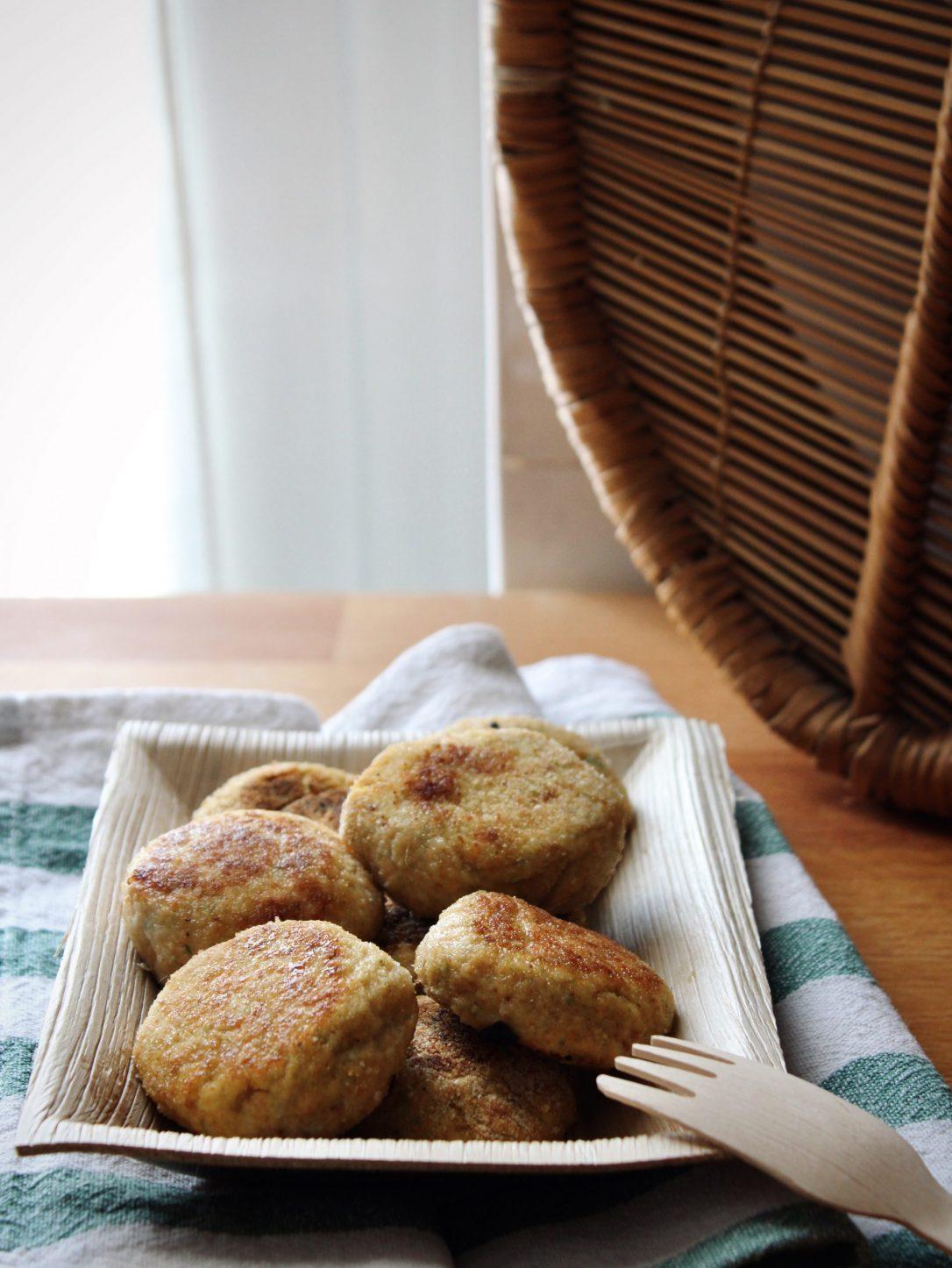 crocchette di pollo e verdure su piatto biodegradabile
