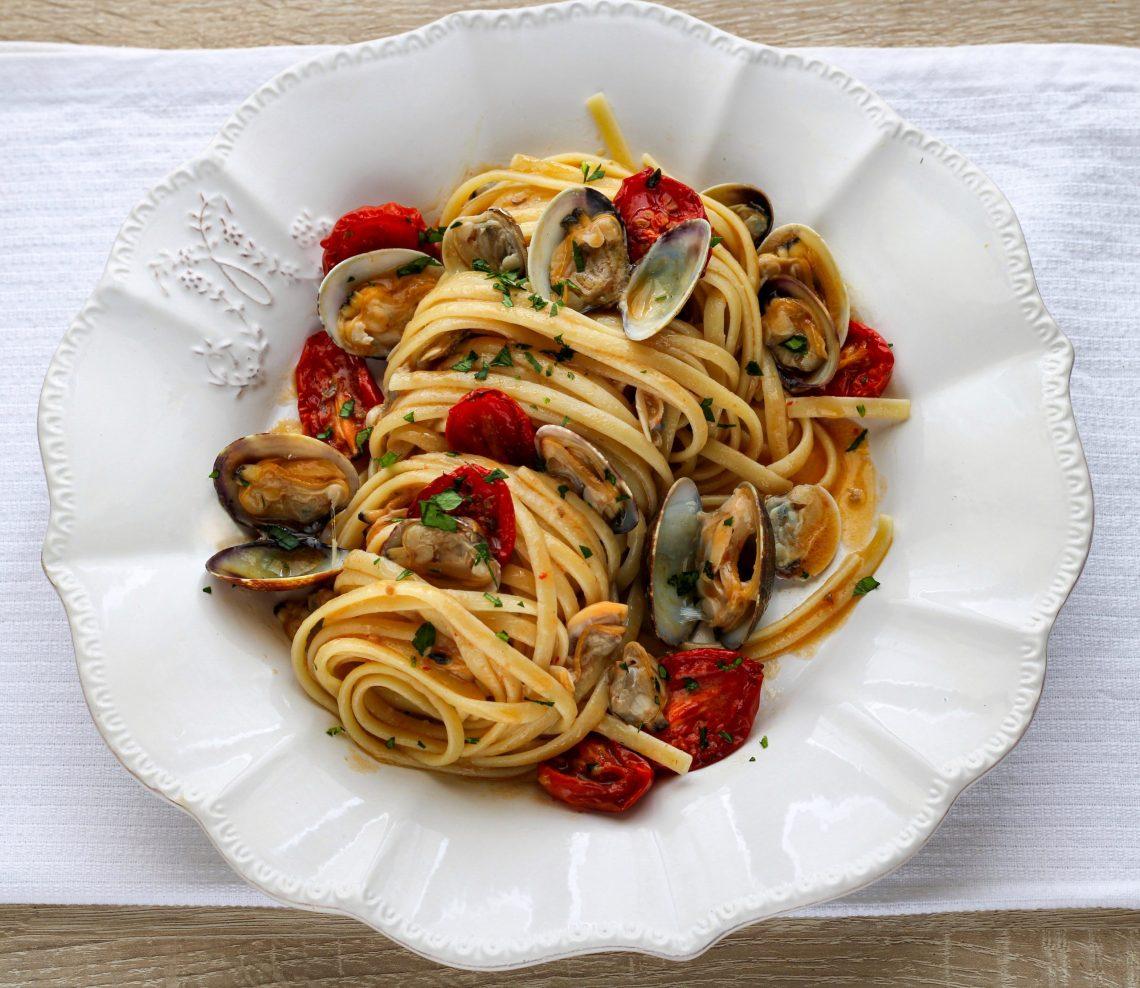 linguine con frutti di mare e pomodorini confit