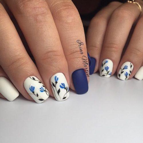 Uñas azul marino con blanco
