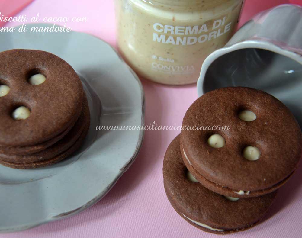 Biscotti al cacao con crema di mandorle
