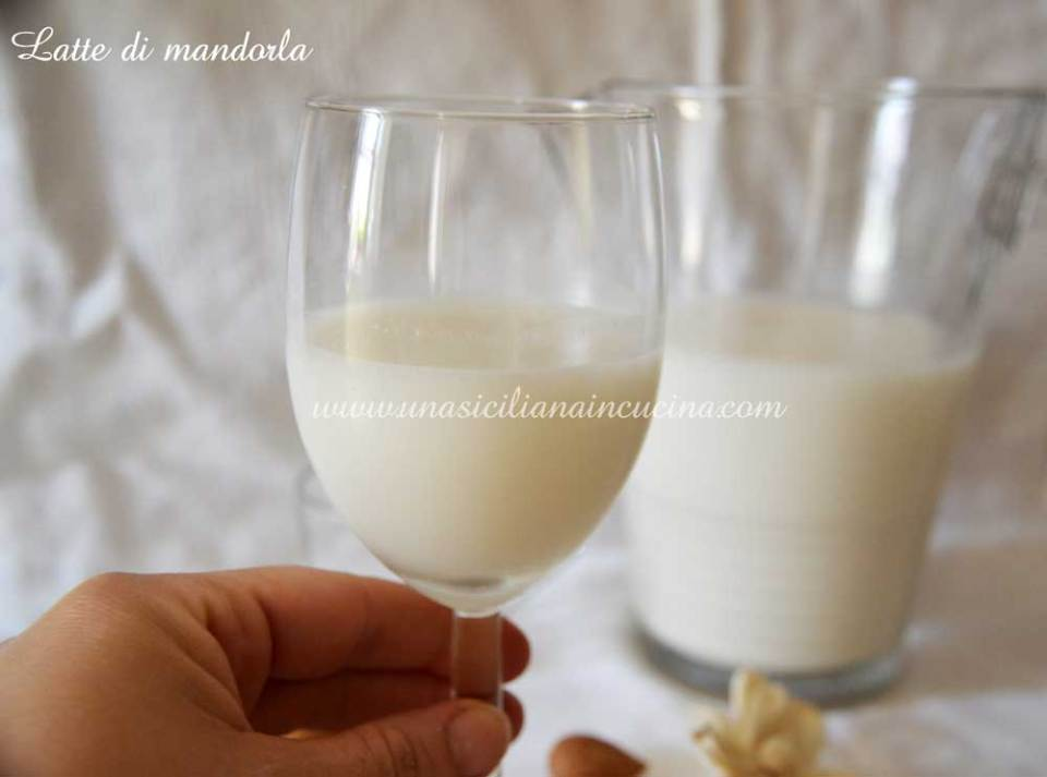 Latte di mandorla siciliano