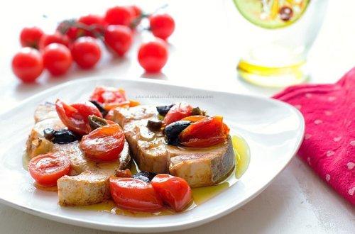 Pesce spada con pomodorini capperi e olive