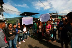 Familiares de los reos en las afueras de Politáchira (La Nación)