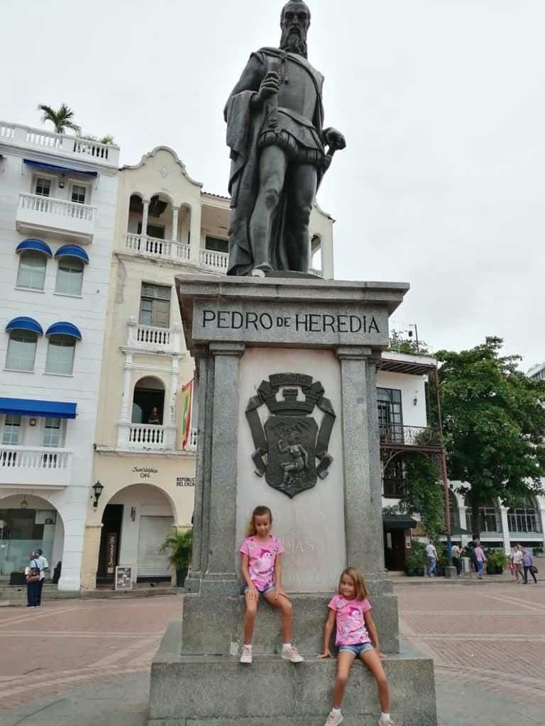 Posando con Pedro de Heredia en Cartagena.