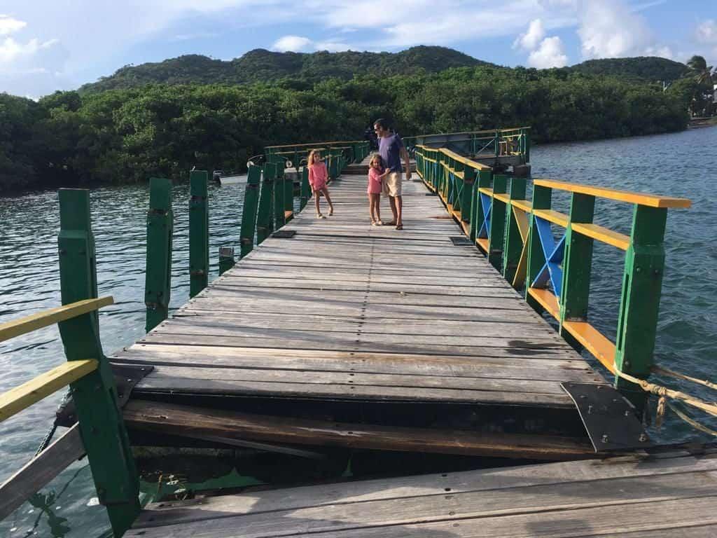 Puente flotante parcheado en Providencia.