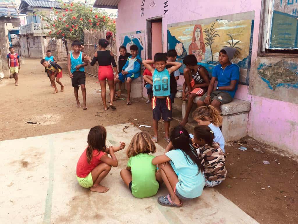 Jugando en las calles de Rio Sidra.