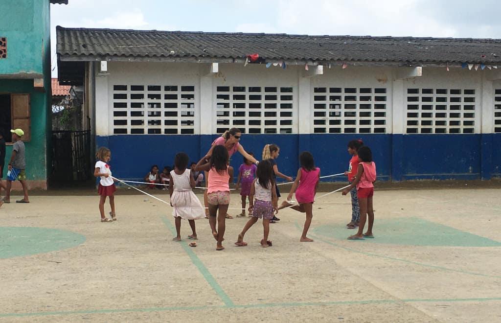 Jugando en la plaza del pueblo.