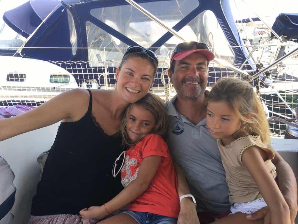 La familia a bordo del Saramia.