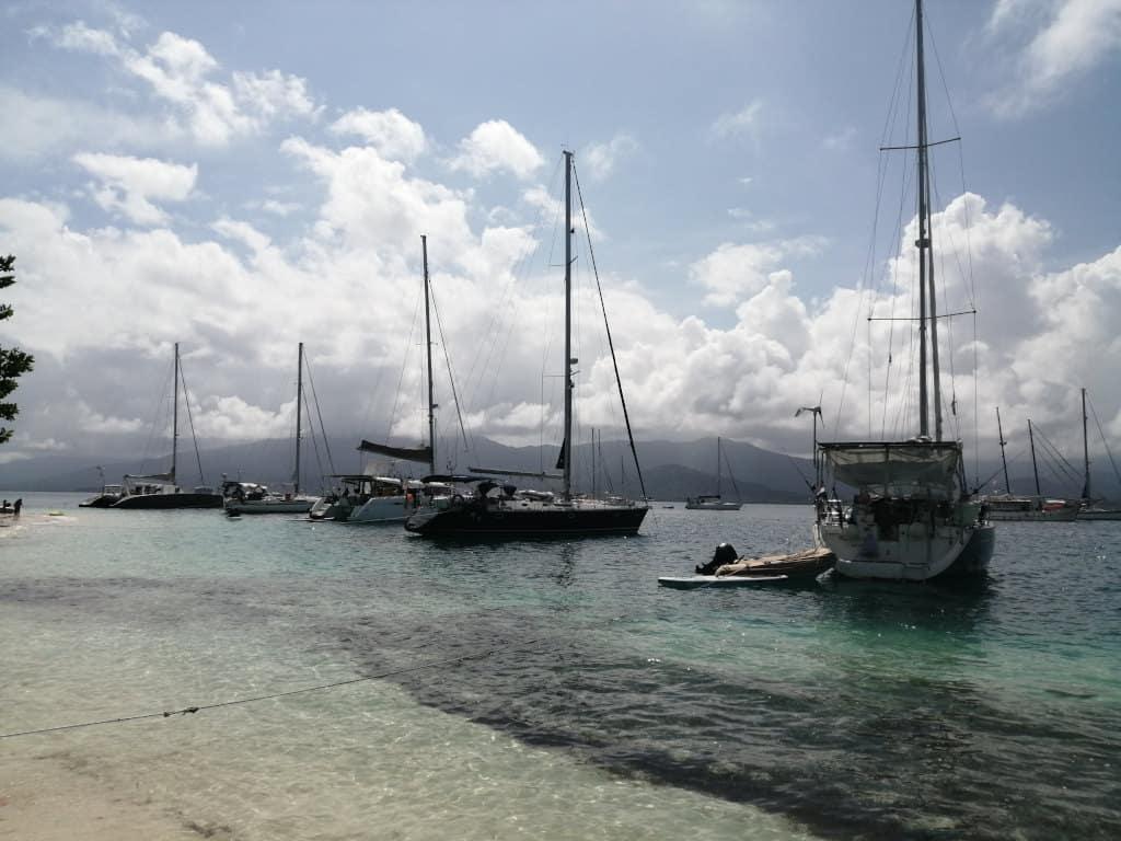 Barcos amarrados de popa en Cambombia