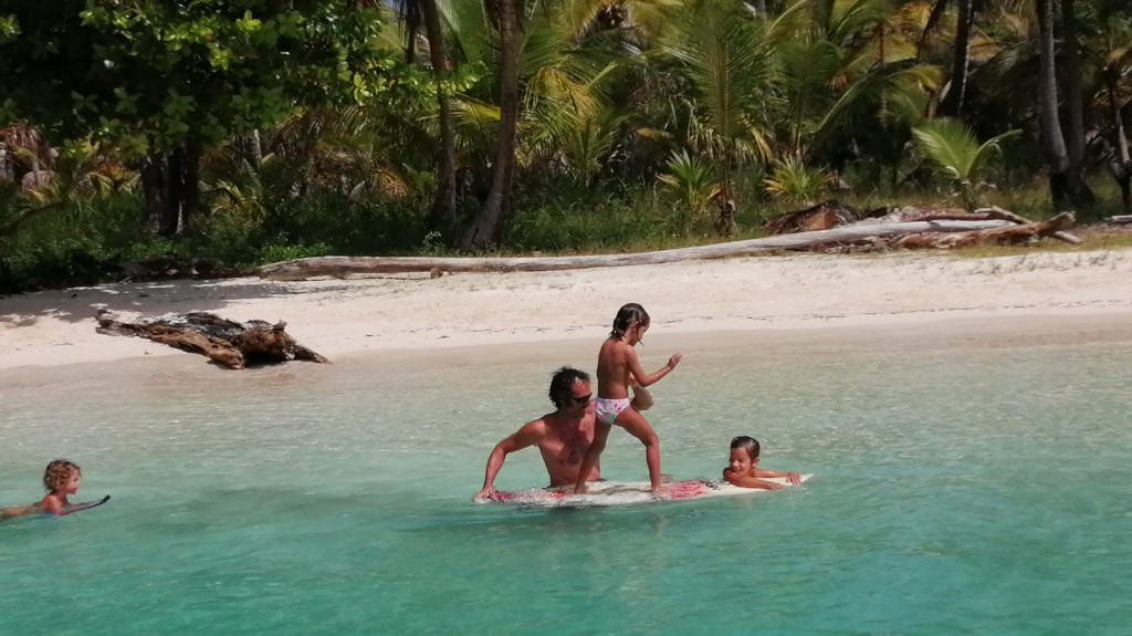 Edu dando clases de surf a la tropa.
