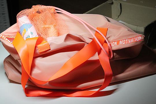 Sporttasche, Schuhnetz und Beautyartikel