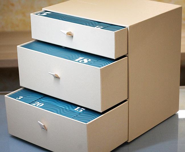 24 Schachteln in blaugrünem 70er-Jahre Schick
