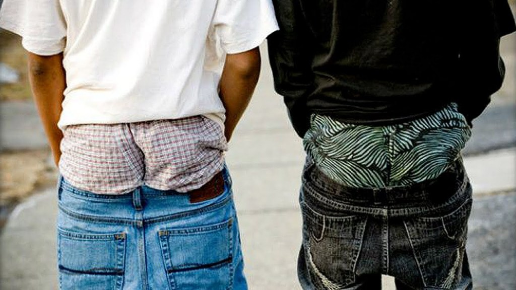 Sagging pants weirdest fashion trends unbumf