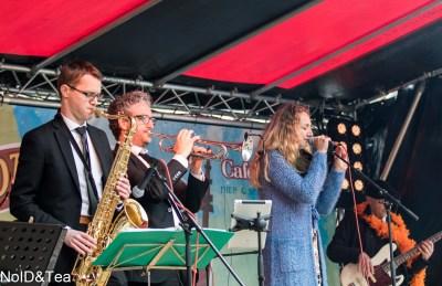 Koningsdag Nieuwe Kerksplein met Frank (bariton sax) en Jan Willem (bas) als invallers