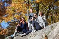 Les femmes blanches aiment se reposer sur des grosses roches.