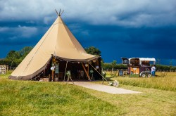 meadow vale weddings - nottinghamshire wedding venue - blank canvas wedding venue - outdoor wedding venue - alternative wedding venue - tipi weddings - festival wedding venue