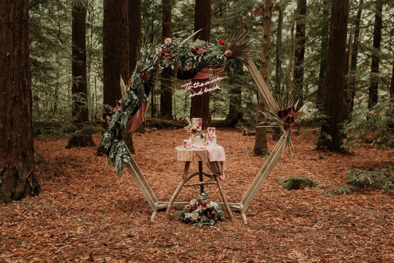 modern woodland wedding - artistic wedding - unique forest wedding - unique wedding cake and wedding backdrop