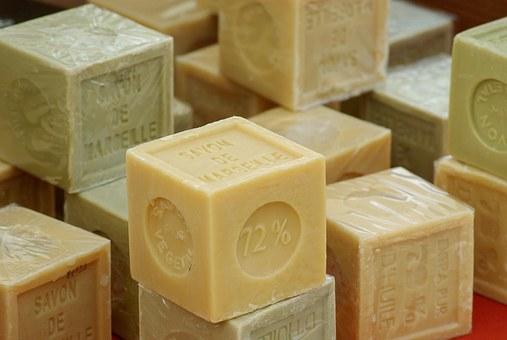 Produits ménagers maison avec savon d Marseille, vinaigre blanc et bicarbonate