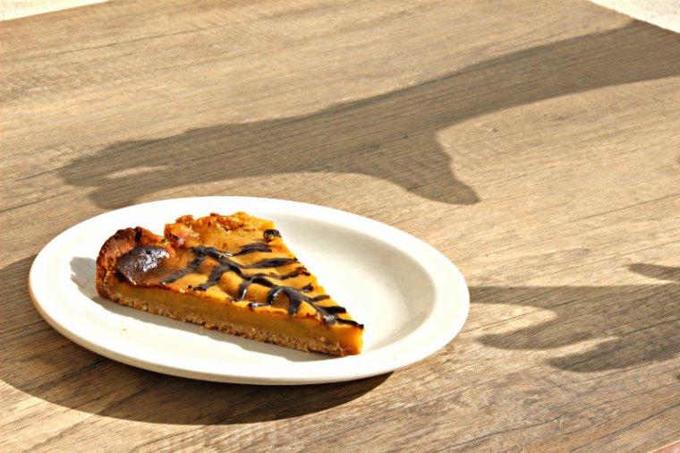 Recette d'Halloween de tarte à la citrouille végétalienne avec une déco en chocolat