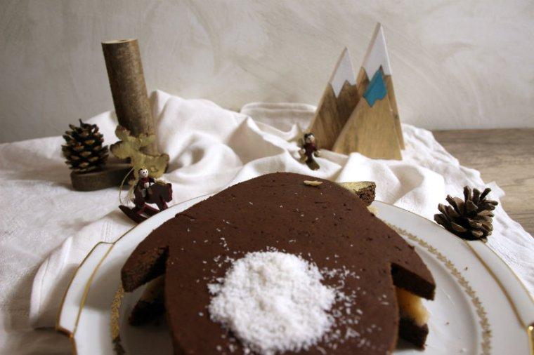 Pingouin en chocolat avec de la coco dans un paysage de montagne