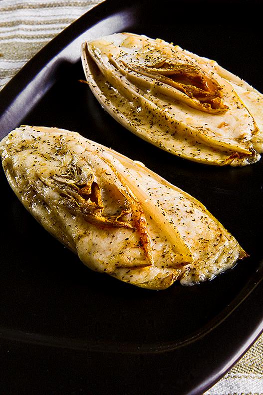 INDIVIA BELGA RIPIENA di mozzarella affumicata stagionata  Un cuoco a fuoco